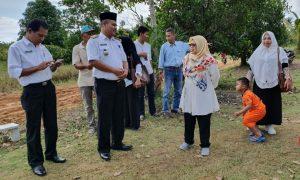 Wabup Natuna Ngesti Yuni Suprapti, saat berbincang dengan Camat Bunguran Batubi, Nur Parta.
