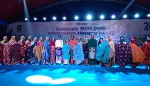 Foto bersama para model yang menampilkan kain batik khas Pulau Natuna.
