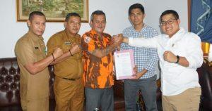 Para pimpinan DPRD Natuna saat melakukan salam Komando kepada pengurus MPC Pemuda Pancasila Natuna.