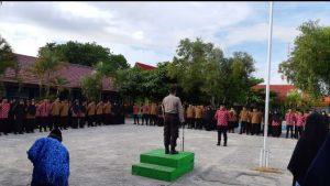 Kasat Binmas Polres Natuna, Iptu Sudiono saat menyampaikan pesan Kamtibmas kepada siswa-siswi MAN 1 Natuna.