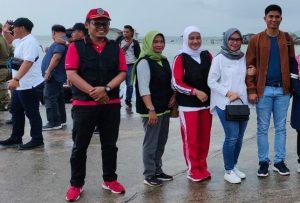 Ketua DPRD Natuna Andes Putra beserta Istri, foto bersama Camat Bunguran Barat Tri Didik Sisworo, ketika tiba di Pelabuhan Sedanau.