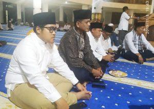 Tampak Wakil Ketua I DPRD Natuna duduk bersama Kapolres, Dandim 0318/Natuna serta para jamaah lainnya.