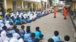 Para siswa siswi Darul Ulum saat melakukan aktifitas belajar sehari diluar kelas.