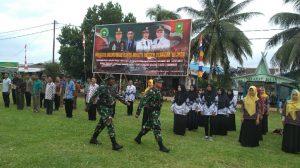 Didampingi Komandan Upacara, Dansatgas Karya Bhakti Binter Terpadu 2019 saat memeriksa kesiapan pasukan upacara.