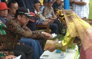 Wakil Ketua II DPRD Natuna Jarmin Sidik, saat menerima sekapur sirih dari para penari persembahan.