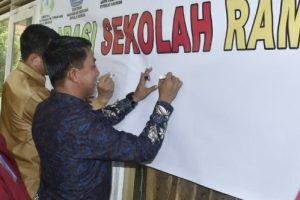 Bersama Sekda Natuna Wan Siswandi, Rusdi turut membubuhkan tandatangan sebagai deklarasi Sekolah Ramah Anak bagi MAN 1 Natuna.