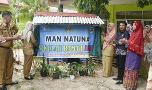 Pembukaan tirai papan plang Sekolah Ramah Anak untuk MAN 1 Natuna.