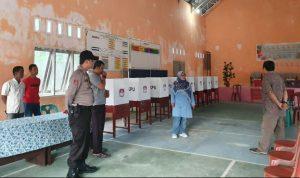 Ngesti beserta rombongan saat meninjau tempat pemungutan suara (TPS) disalah satu Desa peserta Pilkades 2019.