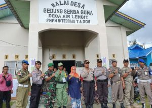 Foto bersama usai meninjau pelaksanaan Pilkades di Desa Air Lengit, Kecamatan Bunguran Tengah.