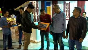Ketua DPRD Natuna Andes Putra saat menyerahkan hadiah secara simbolis kepada para juara.