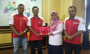 Wakil Bupati Natuna Hj. Ngesti Yuni Suprapti saat menerima profil Pemuda Muslimin Indonesia.