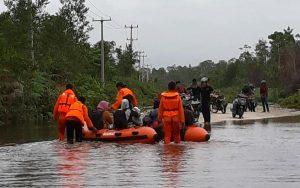PK KNPI Bunguran Utara bantu Basarnas Natuna untuk mengevakuasi warga yang terjebak jalan banjir Trans Batubi-Kelarik.