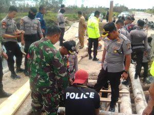 Tanpak para relawan yang terdiri dari TNI, POLRI, Pemerintah Kecamatan Bunguran Utara, Desa Kelarik Utara, Satpol PP, PK KNPI Bunguran Utara serta warga, sedang melaksanakan gotong royong (Goro) memperbaiki jembatan yang rusak.
