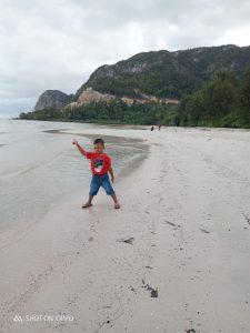 Seorang bocah sedang asik bermain dikawasan Pantai Teluk Depih.
