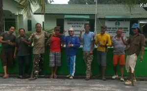 Foto bersama didepan Makoramil 03/Sedanau usai gotong royong.
