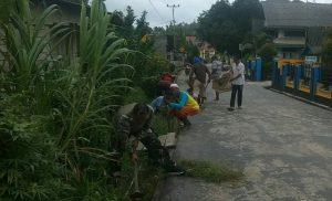Tampak Kopda Zulkarnaini saat membersihkan lingkungan bersama warga binaannya.