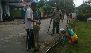 Babinsa Sedanau beserta warga saat melaksanakan gotong royong.