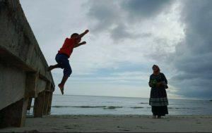 Bermacam cara dilakukan pengunjung untuk mengisi waktu di Pantai Teluk Depih.