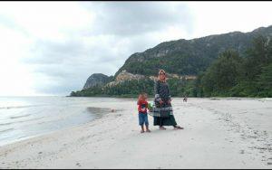 Tampak sejumlah pengunjung Pantai Teluk Depih sedang menikmati pemandangan alam.
