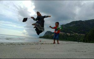 Warga saat berfoto ria di Pantai Teluk Depih.
