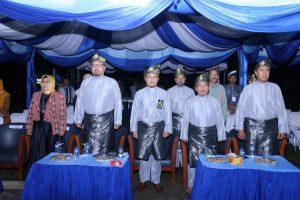 Menyanyikan lagu indonesia raya.