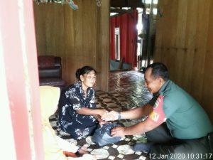 Warga tampak senang, ketika diberikan bantuan oleh anggota TNI AD yang bertugas menjaga wilayah perbatasan NKRI.