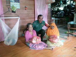 Dengan penuh rasa kasih sayang, Serda Azhar Tanjung memberikan perhatian kepada warga binaanya.