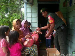 Serda Azhar Tanjung saat membagikan paket sembako kepada janda dan lansia diwilayah binaanya.