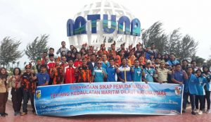 Para Pemuda di Kabupaten Natuna saat melakukan Deklarasi Pernyataan Sikap tentang Kedaulatan Kemaritiman Laut Natuna Utara.