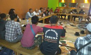 Para tokoh pemuda dan masyarakat Natuna saat melakukan pertemuan menjelang kedatangan Presiden RI Jokowi ke Kabupaten Natuna.