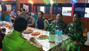 Tampak Sertu LP. Manurung dan Kopda Zulkarnaini saat mendampingi rombongan Menteri KKP Makan Malam di Sedanau