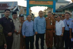 Tampak Ketua DPRD Natuna, beserta Wakil Ketua II dan Ketua Komisi II, saat foto bersama dengan rombongan Menteri KP didepan Gapura Kelurahan Sedanau.