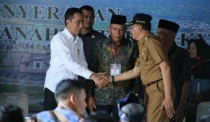 Presiden RI Joko Widodo saat menyalami Bupati Natuna Abdul Hamid Rizal.