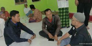 Sekretaris FKPS, Agus Andoko, dan Ketua Bidang Perlengkapan FKPS, Herman, saat menjalin komunikasi dengan Apiko Joko Mulyono, salah seorang relawan dari ACT.