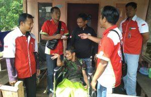 FKPS saat menyalurkan bantuan kursi roda kepada salah seorang penyandang disabilitas.