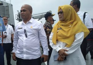 Wan Aris dan Ngesti Yuni Suprapti, saat berada diatas KRI Semarang 594.
