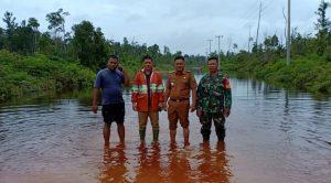 Ibrahim saat meninjau kondisi jalan trans Batubi-Kelarik, bersama Camat Bunguran Utara dan Babinsa setempat.