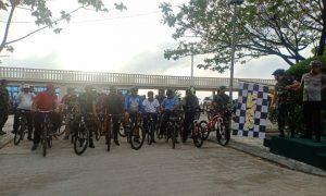 Dandim 0318/Natuna Letkol (Czi) Ferry Kriswardana, S.Sos., M.Tr(Han) didampingi Kapolres Natuna AKBP Nugroho Dwi Karyanto, SIK., saat melepas peserta sepeda santai.