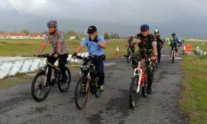 Dandim bersama para pimpinan FKPD dan masyarakat Natuna, saat mengikuti sepeda santai bersama.