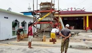 Keberadaan Mushola dan Kelenteng di Kota Tua Penagi, menjadi simbol kerukunan umat beragama salah satu permukiman diatas air tersebut.