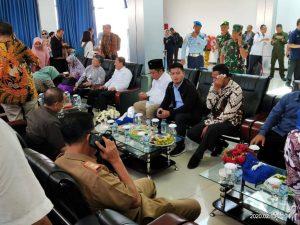 Rombongan saat beristirahat sejenak di VIP Room Bandara RSA Ranai.