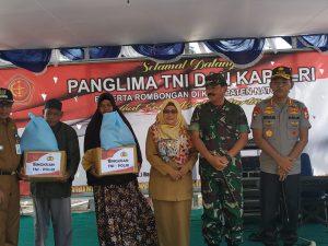 Panglima TNI dan Kapolri saat memberikan bantuan kepada masyarakat Natuna.
