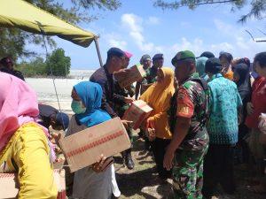 Pembagian paket bantuan kepada masyarakat Natuna.