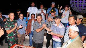 Ketua DPC AJOI Natuna, Roy Parlin Sianipar, menerima potongan kue ulang tahun dari Palaksa Lanal Ranai, Letkol (Laut) Ary Kadek Pambudi.