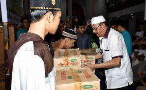 Bupati Natuna ikut bagikan bantuan obat dari Menko Polhukam untuk masyarakat.