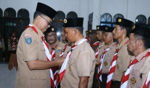 Wan Siswandi saat mengukuhkan pengurus Kwartir Cabang Pramuka Kecamatan Pulau Laut.
