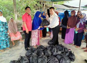 Anggota Komisi IX DPR RI Imam Suroso, didampingi Ketua Komisi III DPRD Natuna, Rusdi, saat menyerahkan bantuan sembako kepada warga terdampak banjir di Desa Sebadai Hulu, Kecamatan Bunguran Timur Laut, Kabupaten Natuna.