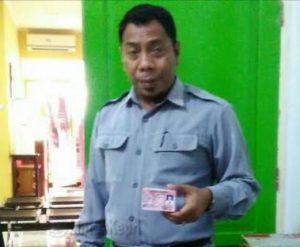 Kadis Dukcapil Natuna, Ilham Kauli, saat menunjukkan KIA.