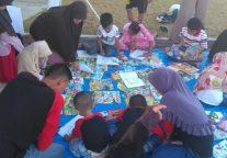 Tingkatkan Minat Baca, Briptu Mudiyanto Kembali Beraksi di Pantai Kencana