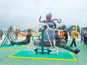 Tampak Danlanal Ranai dan Dandim 0318/Natuna mencoba salah satu fasilitas olahraga yang ada di Pantai Kencana Ranai.